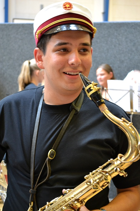 Glad student med saxofon