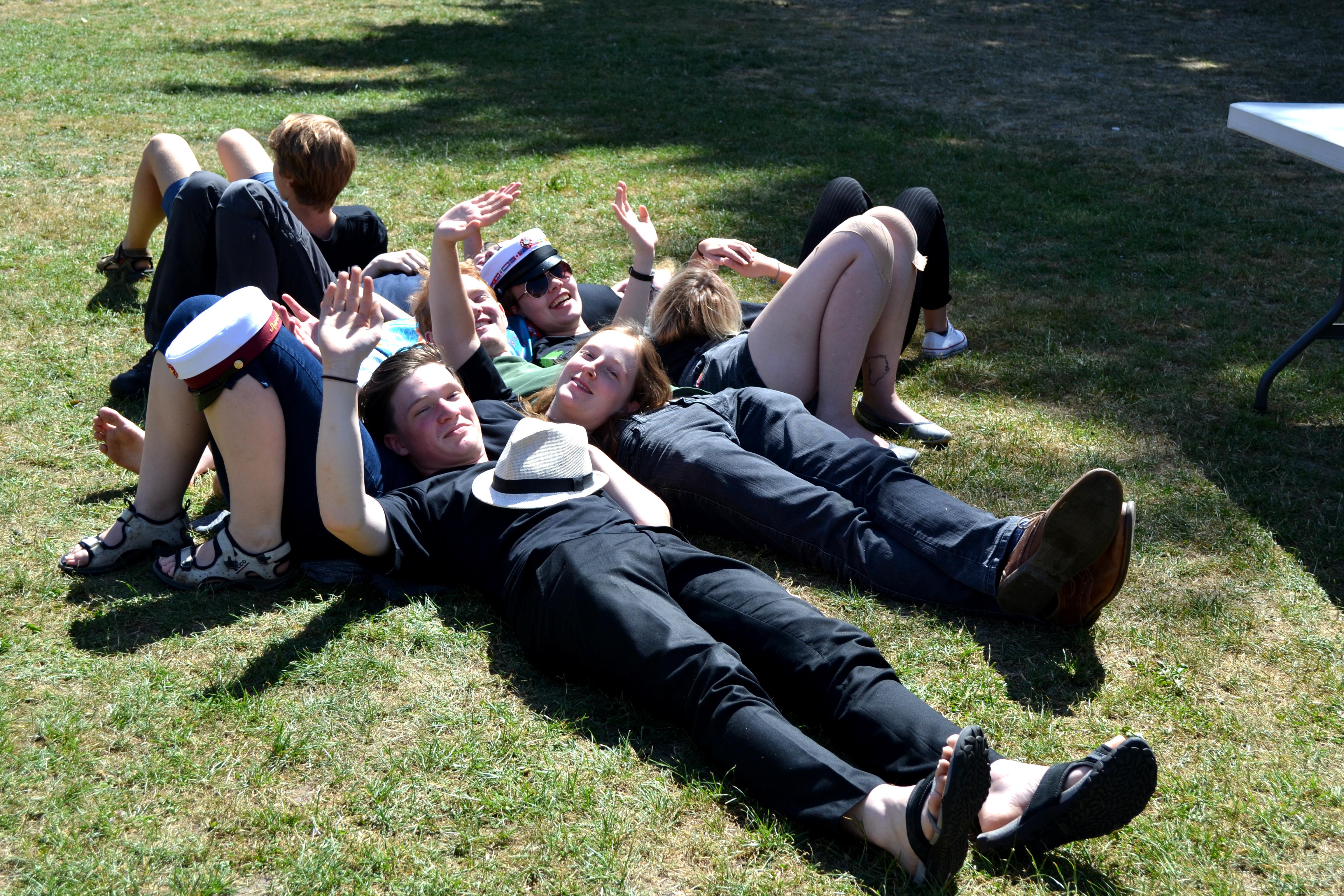 Afslapning på græsplænen på Vesterlund Efterskole
